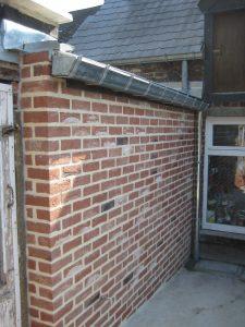 construction d'un mur en briques par l'entreprise de rénovation SGP