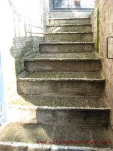 Escalier extérieur àrénover par l'entreprise de rénovation SGP